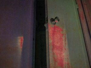 puerta con sangre